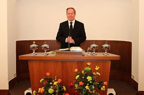 Bezirksältester Thomas Blank am Altar …